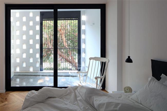 Минималистическая спальня дизайнера в светлых тонах.