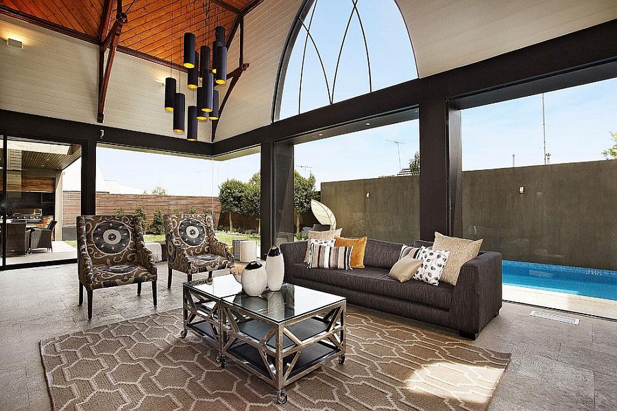 Роскошная, просторная гостиная с огромными арками.