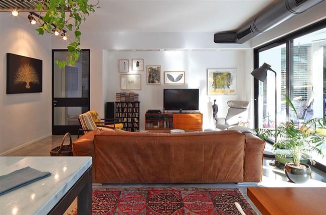 Центральная гостиная в стильных апартаментах Маоза Прайса.