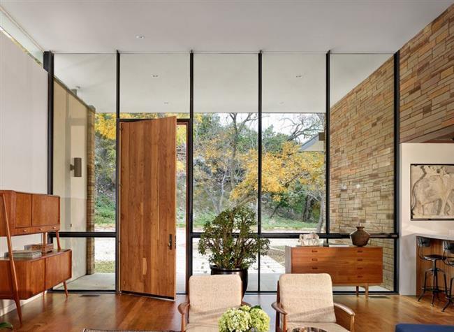 Рациональная организация свободного пространства в современном доме: прихожая и гостиная в одной комнате.