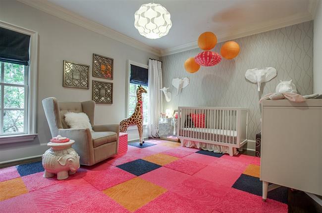 Яркая детская комната для девочки в серых цветах.