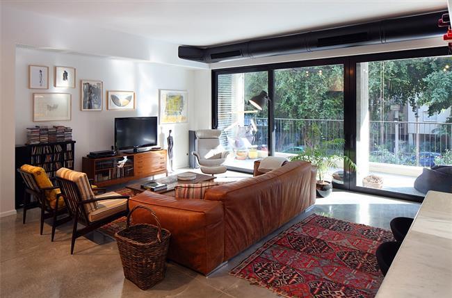 Уютная и комфортная зона отдыха в квартире Маоза Прайса.