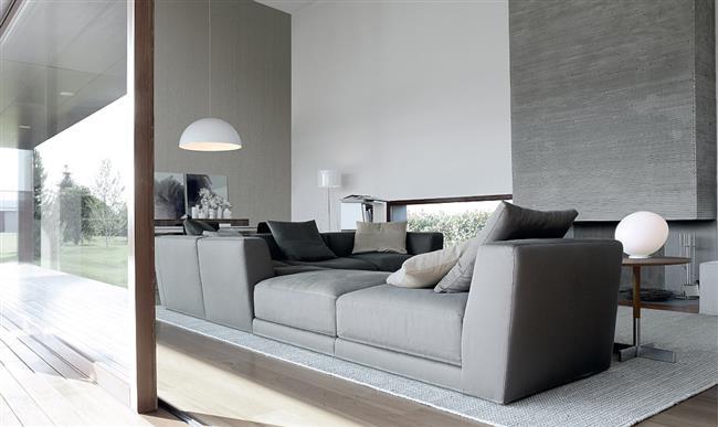 Гостиная в серых тонах со стильным серым диваном «Паша́».