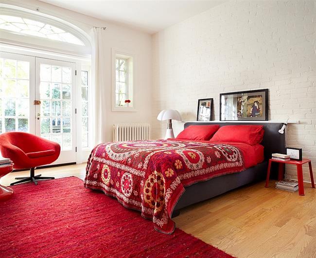 Современная спальня с аксессуарами красного цвета.