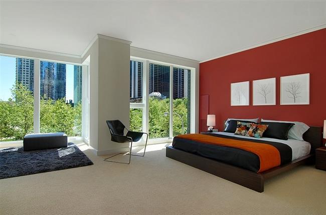 Великолепная спальня в нейтральных оттенках с добавлением красного.