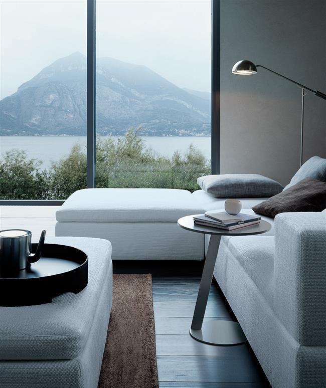 Белый угловой диван из коллекции «Теренс» в минималистической гостиной.