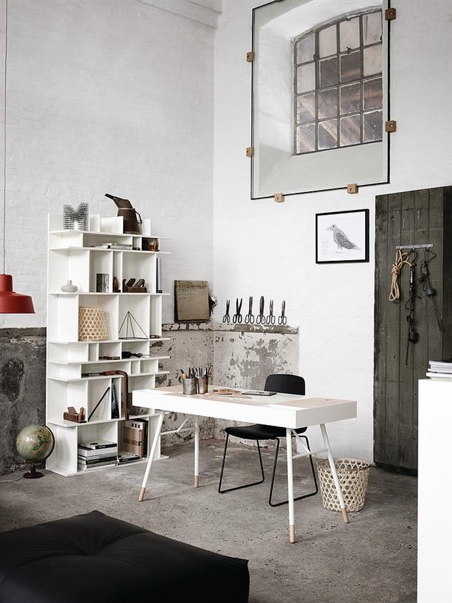 Современный кабинет с основными элементами индустриального стиля.