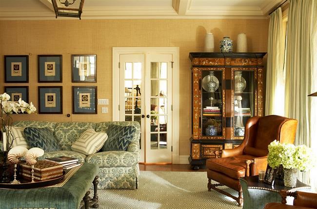 Ретро-гостиная с желтыми природными обоями.