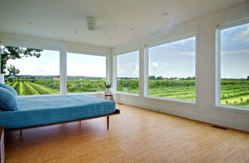 Пробковое покрытие в уютной спальне, с потрясающим видом на виноградники.