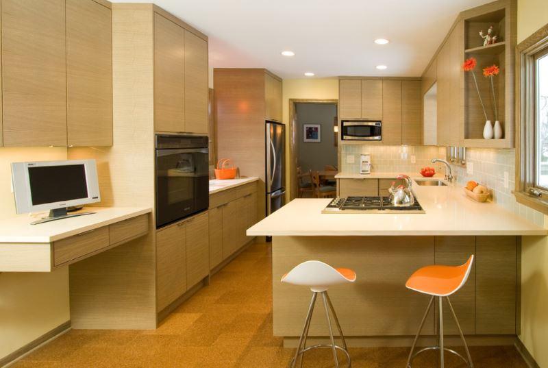 Пробковый пол в светлой современной кухне.