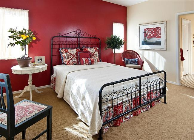 Спальня в деревенском стиле, в оформлении которой присутствует красный.
