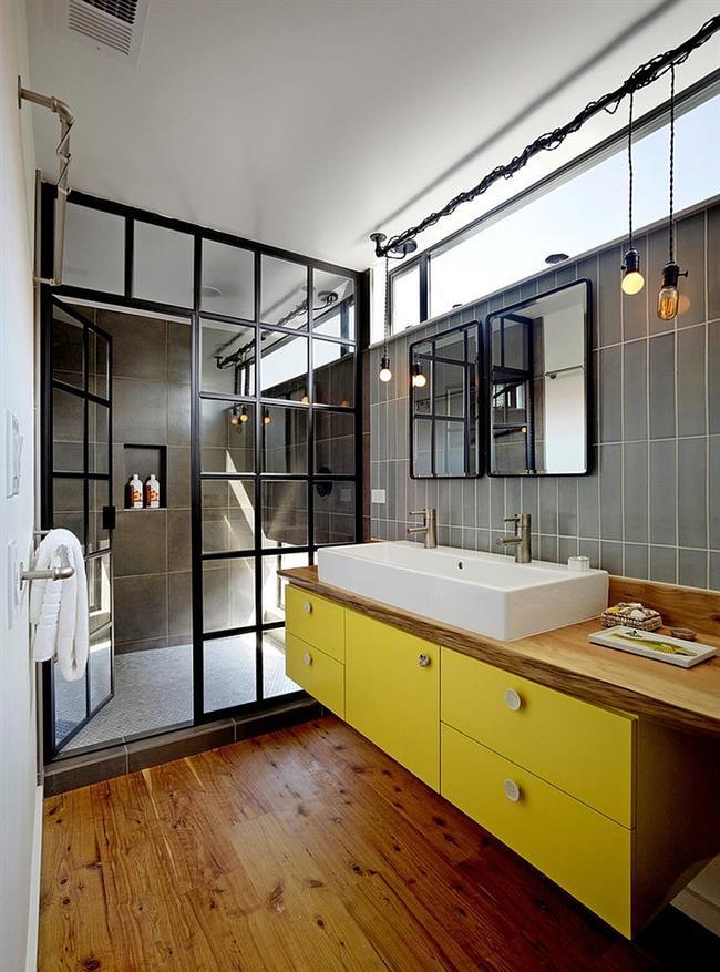 Индустриальная ванная комната с необычной душевой кабинкой.