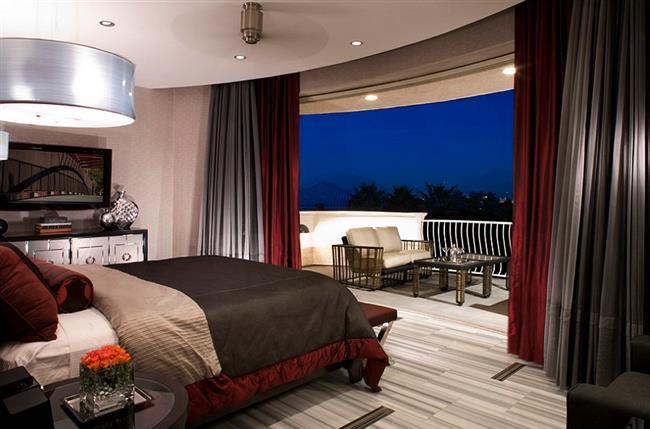 Романтичная спальня в бардовых тонах.