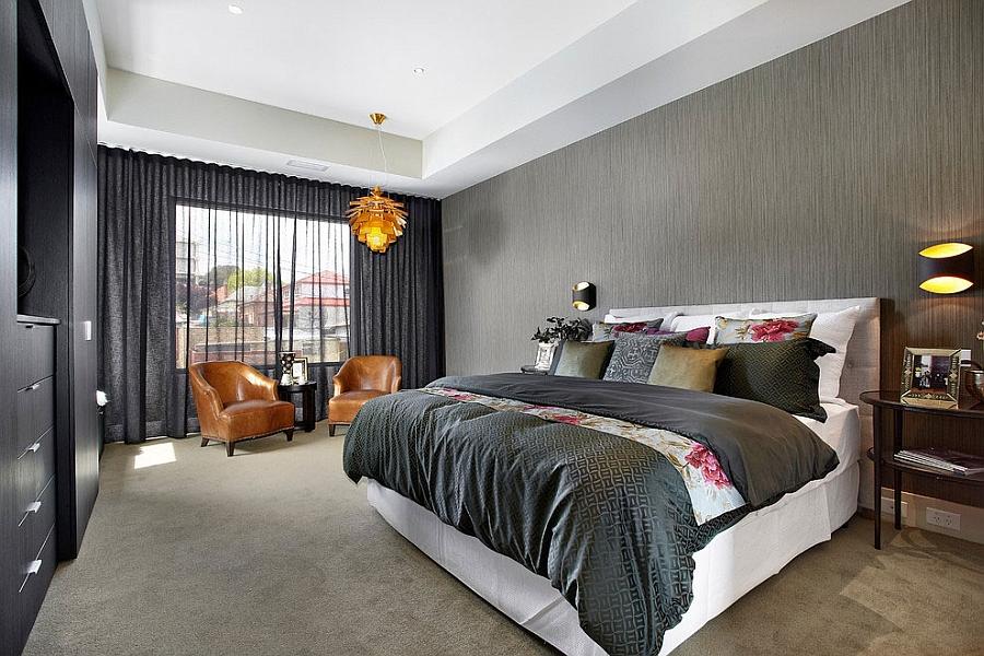 Элегантная спальня хозяев дома в серых тонах.