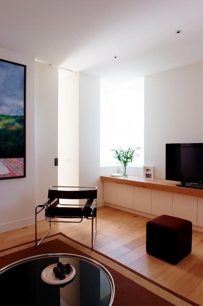 Кухонная зона австралийского дома оснащена современной бытовой техникой, встроенной для сохранения свободного пространства в специальный шкаф белого цвета