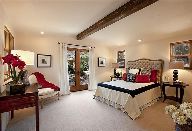 Элегантная спальня нейтральных тонов с добавлением бардового.
