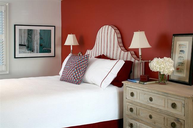 Элегантная спальня красных и белых тонов.