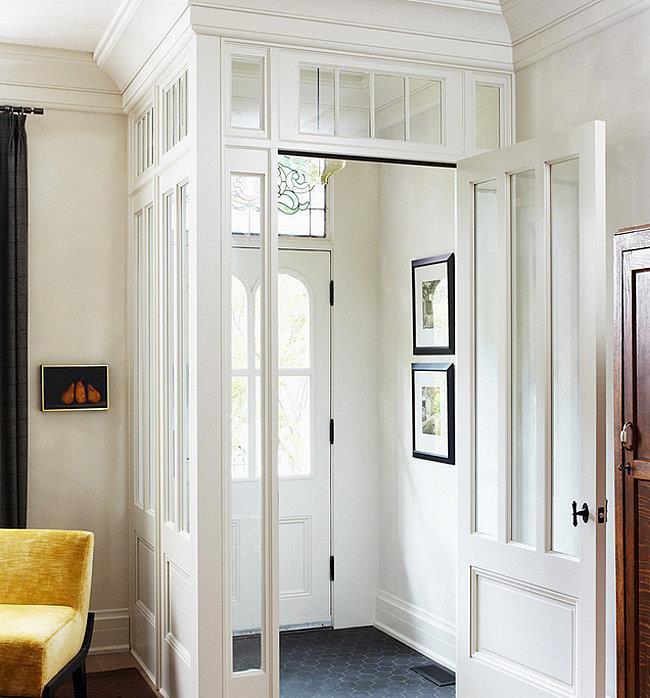 Модная встроенная прихожая белоснежных тонов, представляющая собой отдельную изолированную комнату.