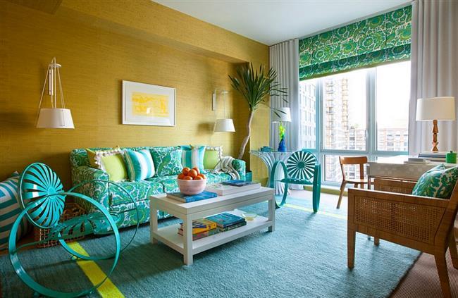 Необычная гостиная в желтых, зеленых и голубых тонах.