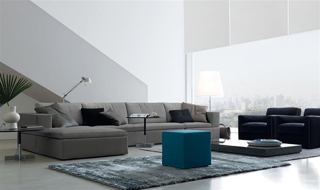 Стильная современная гостиная со светло-серым модным диваном.
