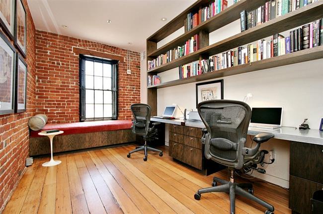 Индустриальный офис с кирпичной стенкой.