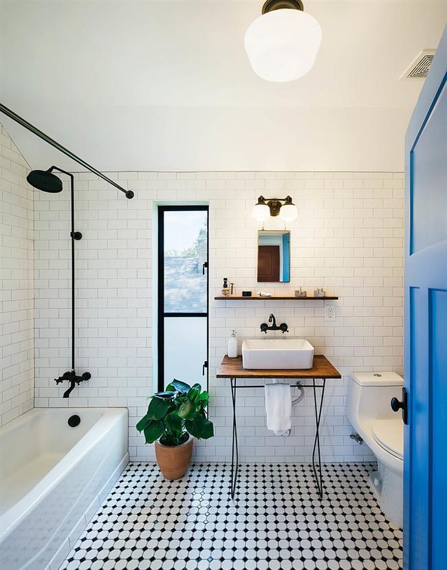 Эксклюзивная дизайнерская ванная комната в черно-белых тонах.