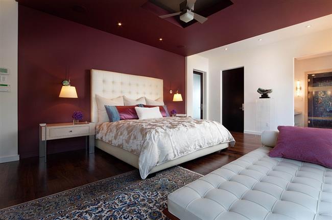 Стильная спальня в красно-фиолетовых тонах.