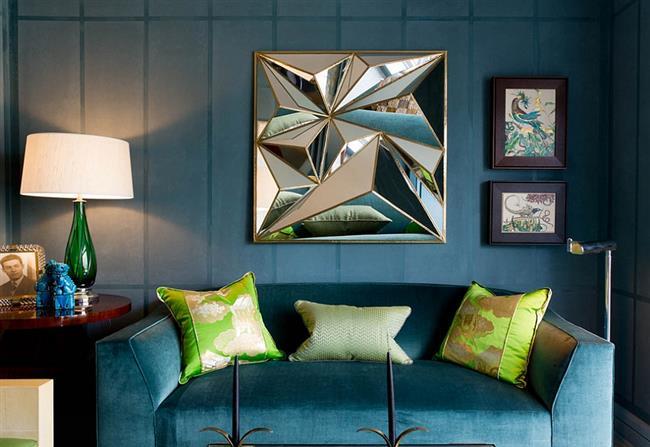 Гостиная в синих тонах, украшенная зелеными аксессуарами.