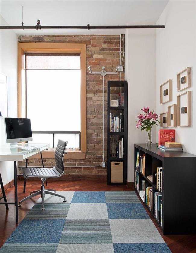 Индустриальный офис со светлым напольным покрытием.