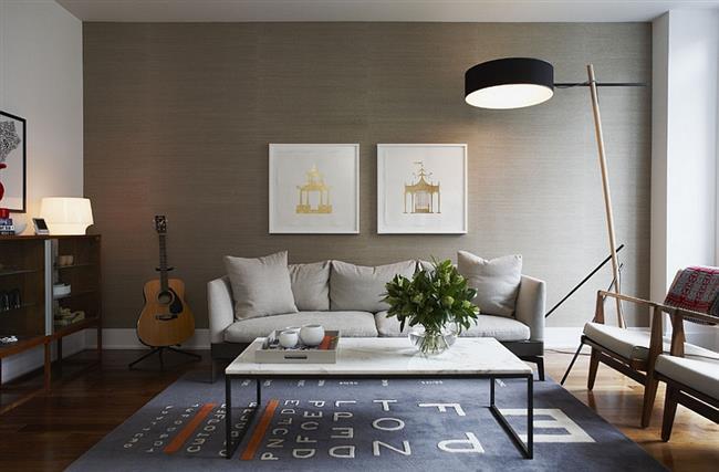 Комфортная гостиная со светло-серыми обоями Grasscloth.