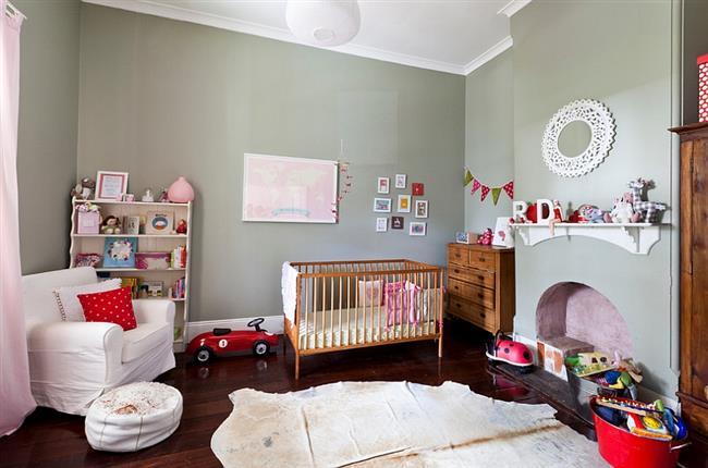 Стены серо-зеленого оттенка в детской комнате девочки.