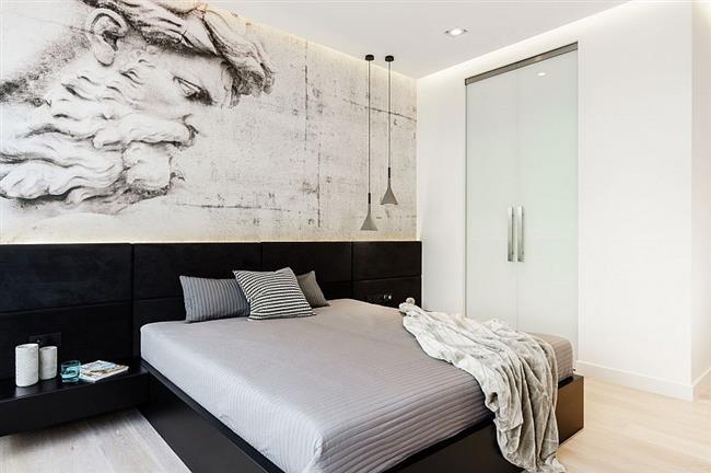 Греческий бог на стене сторожит сон и покой хозяев квартиры.