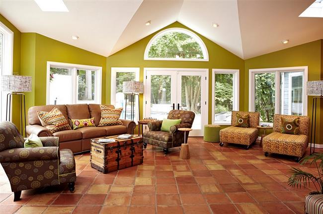 Уютная зона отдыха в коричневых и зеленых тонах.
