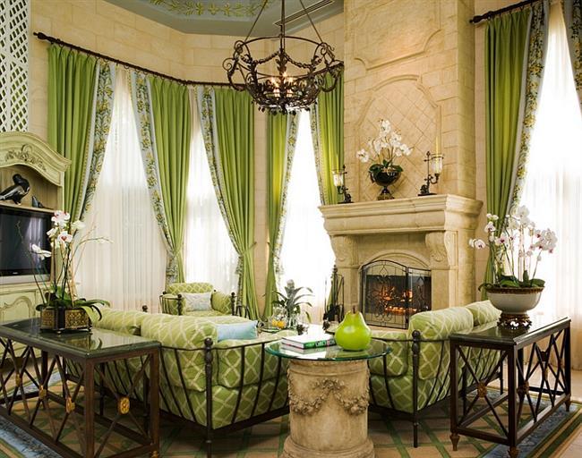 Традиционная гостиная, оформленная в зеленом и бежевом цветах.
