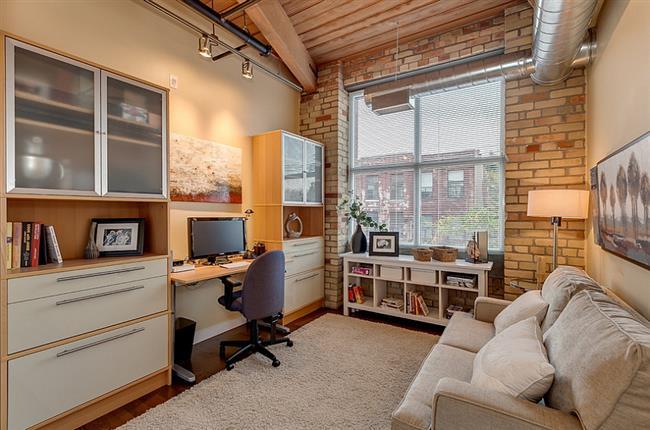Небольшой кабинет в гостиной с элементами индустриального стиля.