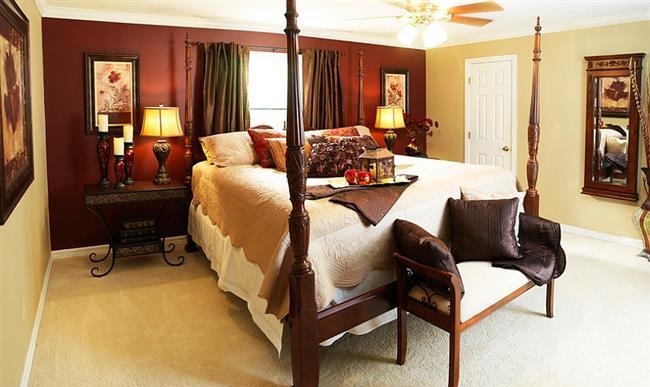 Великолепная спальня в эклектическом стиле, украшенная бардовой стеной.