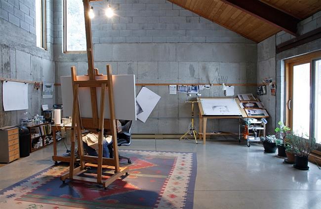 Домашняя арт-студия с основными элементами индустриального стиля.