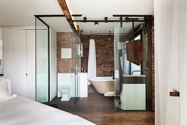 Ванная комната из стекла в английской квартире.