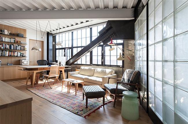 Индустриальные светильники в стильном кабинете.
