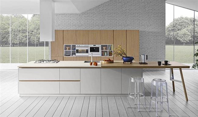 Стильная кухня с белой каменной стеной и деревянным шкафом.