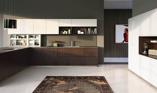 Г-образная кухня из темного контрастного дерева.