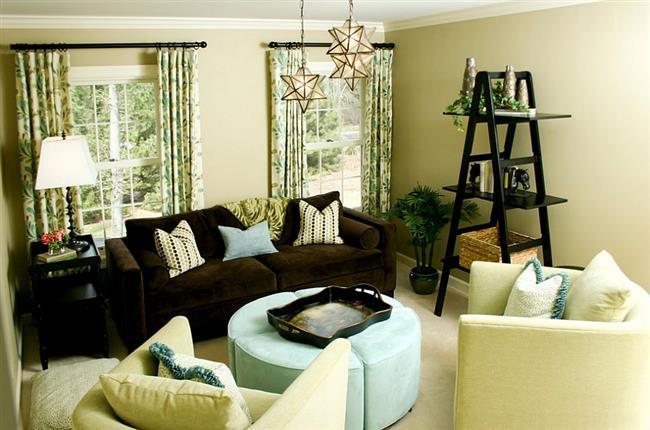 Небольшая оригинальная гостиная светло-зеленых тонов.