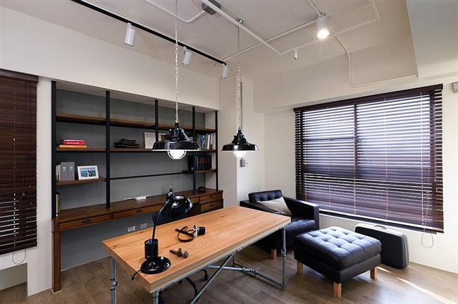 Черные подвесные светильники в индустриальном стиле.