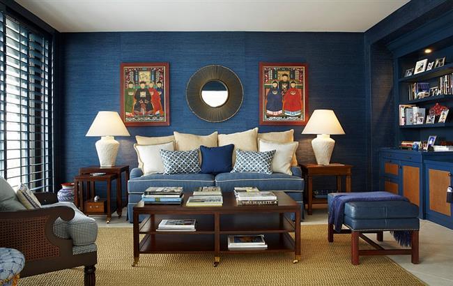 Стильная гостиная с синими природными обоями.