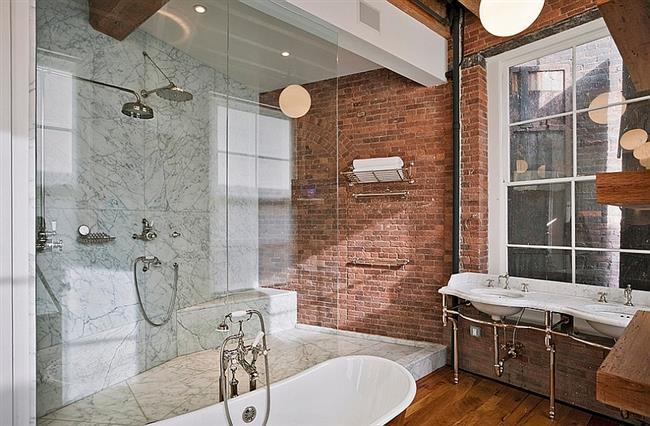 Кирпич и мрамор в отделке стен индустриальной ванной.