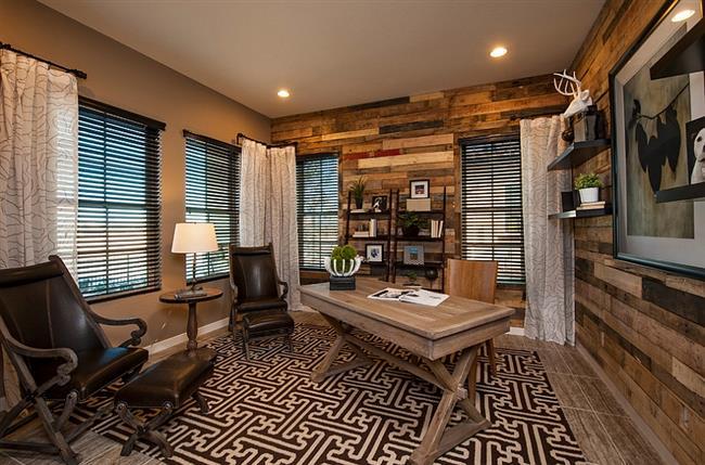 Стильный кабинет с деревянными панелями.