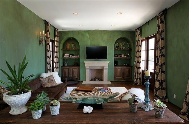 Гостиная в средиземноморском стиле с зелеными обоями.