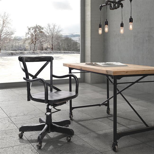Минималистический домашний офис с индустриальной мебель.