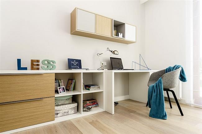 Небольшой минималистический офис польской квартиры.