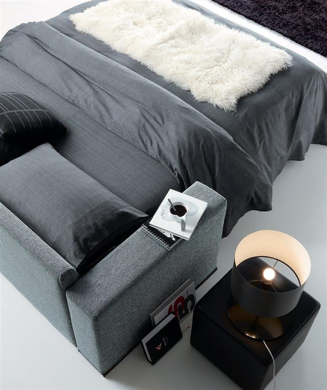 Серый итальянский диван «Луис и Гордон» в разложенном виде.